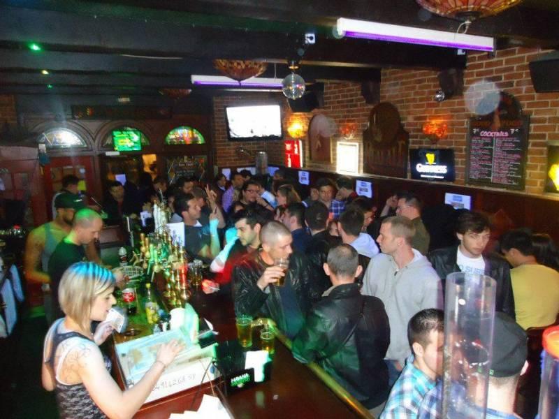 Bar bi re before marseille baille le glam rock for Pub cash piscine